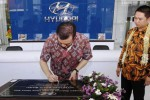 Presiden Direktur PT Hyundai Mobil Indonesia, Mukiat Sutikno (kiri) didampingi Direktur PT Bintang Asia Global, Ronny Lukito (kedua dari kiri) menandatangani prasasti saat Grand Opening Hyundai Solo Baru, Sukoharjo, Jumat (11/9/2014). Dealer Hyundai tersebut merupakan yang kedua untuk wilayah Soloraya. (Ardiansyah Indra Kumala/JIBI/Solopos)
