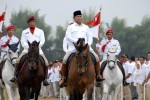 Ketua Dewan Pembina Partai Gerindra Prabowo Subianto (tengah) memeriksa barisan saat apel pasukan pada Kongres Luar Biasa (KLB) Partai Gerindra di Nusantara Polo Club, Bogor, Jawa Barat, Sabtu (20/9). Dalam KLB yang dihadiri ribuan kader dan anggota DPR, DPRD propinsi, DPRD Kota dan Kabupaten se-Indonesia tersebut terpilih secara aklamasi Prabowo Subianto sebagai Ketua Umum Partai Gerindra menggantikan Suhardi yang meninggal dunia. (JIBI/Solopos/Antara/Jafkhairi)
