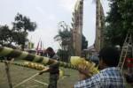 Dua orang umat Hindu menyiapkan penjor guna perayaan Peodalan atau hari ulang tahun Pura Pemacekan, Minggu (7/9/2014). Pura tersebut terletak di Dusun Pasekan, Desa Keprabon, Kecamatan Karangpandan, Karanganyar. (Mariyana Ricky/JIBI/Solopos)