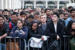 Ratusan penggemar Iphone 6 saat antre berjam-jam di London, Inggris (Dailymail.co.uk)