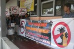 Sejumlah siswa di SMPN 3 Nguter, Sukoharjo memebentangkan spanduk saat kampanye setop aksi vandalisme di sekolah mereka, Sabtu (20/9/2014). (Iskandar/JIBI/Solopos)