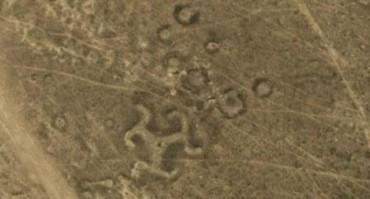 Salah satu geoglif di Kazakhstan berbentuk swastika (Dailymail.co.uk)