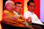 Calon presiden terpilih Joko Widodo (kanan), calon wakil presiden Terpilih M. Jusuf Kalla (tengah), dan Ketua Umum Apindo Sofjan Wanandi, mendengarkan pertanyaan pada acara peluncuran buku Roadmap Perekonomian Apindo di Jakarta, Kamis (18/9/2014). (Dwi Prasetya/JIBI/Bisnis)