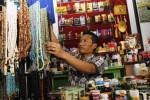 Pegawai toko, Idin Kohidin, 37, merapikan tasbih yang dipajang di toko perlengkapan dan oleh-oleh haji/umroh Toko Assegaf di Kompleks Pertokoan Masjid Riyadh, Pasar Kliwon, Solo, Selasa (2/9/2014). Idin Kohidin mengaku sejumlah calon haji sudah memesan aneka oleh-oleh khas ibadah haji untuk keluarga dan kerabat mereka. (Ardiansyah Indra Kumala/JIBI/Solopos)
