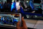 Pengunjung mendokumentasikan mobil konsep Nexon dari Tata Motors, Kamis (18/9/2014), saat dipertunjukkan di arena pameran Indonesia International Motor Show (IIMS) 2014, Jl Expo, Kemayoran, Jakarta. (Oriza Vilosa/JIBI/Solopos)