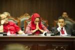 Ketua Bidang Hukum DPP PDIP Trimedya Panjaitan (kanan), pemohon Dwi Ria Latifa (tengah), dan Junimart Girsang (kiri) menghadiri sidang uji materi Undang-Undang MPR, DPR, DPD, dan DPRD (UU MD3) di Gedung Mahkamah Konstitusi (MK), Jakarta Pusat, Senin (29/9). MK menolak gugatan UU MD3 terkait penentuan jabatan pimpinan di parlemen yang akan dipilih langsung oleh anggota DPR dan tidak lagi diberikan kepada partai politik sesuai perolehan kursi. Dua hakim konstitusi, yakni Arief Hidayat dan Maria Farida Indrati menyatakan dissenting opinion (berbeda pendapat) atas putusan tersebut. (JIBI/Solopos/Antara/Andika Wahyu)
