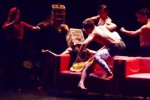 Surabaya Dance Collective membawakan karya teater tari berjudul Endhog Blorog di Teater Arena Taman Budaya Surakarta (TBS), Sabtu (27/9/2014) malam. Pementasan yang menjadi bagian acara tahunan Mimbar Teater Indonesia IV tersebut mengangkat kembali naskah klasik Waiting for Godot karya Samuel Beckett, sebagai tema besar karya yang ditampilkan. (Mahardini Nur Afifah/JIBI/Solopos)