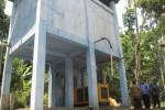 Pegawai Badan Penanggulangan Bencana Daerah (BPBD) Klaten mengecek salah satu lokasi sumber air di Desa Bumiharjo, Kecamatan Kemalang, Klaten, Rabu (17/9/2014). (Ayu Abriyani/JIBI/Solopos)