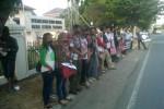 aktifis dan wartawan menggelar aksi tutup mulut dengan lakban di depan Mapolda DIY, Selasa (16/9/2014). (Sunartono/JIBI/Harian Jogja)