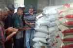 Ketua Asosiasi Masyarakat Tani Padi Indonesia (Amartapadi), Catur Budi Cermo, (paling kanan) memeriksa bibit padi di Desa Cermo, Kecamatan Sawit, Boyolali, bersama pengurus lain setelah mendeklarasikan organisasi baru bagi kelompok petani padi tersebut, Rabu (17/9/2014). (Irawan Sapto Adhi/JIBI/Solopos)