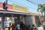 Sejumlah warga yang mengatasnamakan Aliansi Masyarakat Gugat Aqua (AMGA) memasang spanduk sebagai simbol perlawanan terhadap pelanggaran penggunaan jalan yang dilakukan truk PT Tirta Investama, Sabtu (13/9/2014). Aksi yang dilakukan di sekitar pertigaan Pasar Cokro Tulung Klaten itu sempat membuat lalu lintas kawasan sedikit tersendat. (Chrisna Canis Cara/JIBI/Solopos)