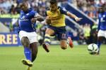 Pemain Leicester Wes Morgan (Ki) menghadang pemain Arsenal Alexis Sanchez. JIBI/Rtr/Dylan Martinez