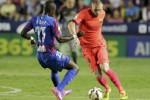 Pemain Barcelona Jeremy Mathieu (ka) duel lawan pemain Levante Papa Diop. JIBI/Rtr/Heino Kalis