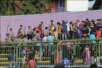 Suporter PSGC Ciamis, yang terdiri dari Balad Galuh dan Viking Ciamis, tengah diredam pihak keamanan ketika terlibat bentrok dengan suporter Pasoepati di Stadion Galuh, Ciamis, Selasa (16/9/2014). (Imam Yudha/JIBI/Solopos)