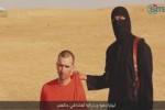 Potongan video yang menunjukkan warga Inggris, David Haines, menjelang dipenggal militan ISIS yang diketahui berlogat Inggris. (Istimewa/Reuters)