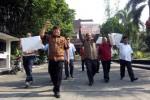 Sejumlah legislator dari Fraksi Partai Demokrasi Indonesia Perjuangan (PDIP) DPRD Solo menggelar aksi unjuk rasa menolak pemilihan kepala daerah lewat DPRD di halaman Gedung DPRD Solo, Rabu (17/9/2014). (Tri Rahayu/JIBI/Solopos)