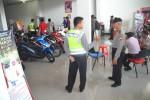 Petugas melakukan olah tempat kejadian perkara di Diler Naga Mas Motor di Jl. Diponegoro, yang dibobol maling, Rabu (3/9/2014). Pelaku menjebol dinding dealer dan menggasak uang senilai Rp67 juta, buku pemilik kendaraan bermotor (BPKB) dan spare part sepeda motor. (Bony EKo Wicaksono/JIBI/Solopos)
