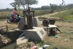 Salah seorang petani melintas di dekat pompa penyedot air yang dipasang di Kenep, Sukoharjo, beberapa waktu lalu. (Iskandar/JIBI/Solopos)