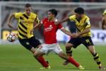 Pemain Mainz Shinji Okazaki diapit pemain Dortmund Sven Bender (Ki) dan Milos Jojic. JIBI/Rtr/Ralph