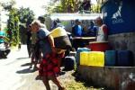 Warga Dusun Duren Sawit, Desa Banjaroyo, Kalibawang menerima dropping air bersih, Sabtu (30/8/2014). (JIBI/Harian Jogja/Holy Kartika N/S)