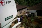 Petugas PMI DIY melakukan droping air di Gunungkidul. (Kusnul Isti Qomah/JIBI/Harian Jogja)