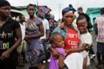 Warga West Point merayakan pencabutan karantina oleh pemerintah Liberia, di Monrovia, Sabtu (30/8/2014). Massa bernyanyi dan menari di jalan-jalan di kawasan pantai dari West Point di Monrovia, karena pemerintah mengangkat tindakan karantina yang dirancang untuk mencegah penyebaran virus mematikan Ebola. (JIBI/Solopos/Reuters)