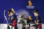 Tim Mercedes F1 mendorong mobil Nico Rosberg keluar dari balapan. JIBI/Rtr/Xavier Galiana