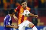 Pemain Galatasaray berebut bola dengan pemain Anderlect (JIBI/Harian Jogja/Reuters)