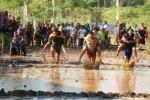 Suasana lomba gendong istri di Dusun Tumpak Ngawu, Playen Gunungkidul, Sabtu (20/9/2014).