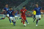 Pemain timnas senior Indonesia Munif (tgh) dihadang pemain timnas Malaysia. JIBI/Antara/Risyal Hidayat