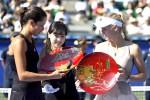 Petenis Serbia Ana Ivanovic (kiri) dan petenis Denmark Caroline Wozniacki (kanan) melihat trofi mereka dalam turnamen Pan Pacific Open 2014 di Tokyo. Ivanovic menjadi juara dalam pertandingan itu. JIBI/Reuters/Toru Hanai
