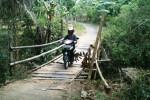 Pengendara sepeda motor melintasi jembatan bambu yang menghubungkan Dusun Banjarsari dan Dusun Bakalan, Desa Bakalan, Kecamatan Jumapolo, Karanganyar, Senin (1/9/2014). Jembatan permanen rusak sejak empat tahun lalu. (Mariyana Ricky P.D./JIBI/Solopos)