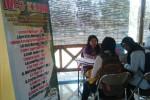Pencari kerja mendatangi Klaten Job Market Fair yang digelar di Gazebo Kidang Kencana Dinsosnakertrans Klaten, Selasa (2/9/2014). Job fair yang berlangsung setiap Selasa itu dibuka hingga 21 Oktober mendatang. (Chrisna Chanis Cara/JIBI/Solopos)