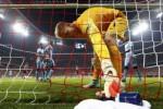 Kiper Manchester City Joe Hart mengambil air minum seusai kebobolan. JIBI/Rtr/Michael Dalder