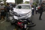 Kondisi mobil Toyota Avanza setelah menyeruduk empat sepeda motor di Jalan HOS Cokroaminoto, Jogja, Selasa (30/9/2014). (foto Istimewa)