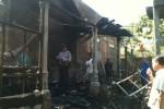Seorang petugas kepolisian dan sejumlah warga menyaksikan sisa kebakaran yang menghanguskan dapur Bambang Teguh Winarno, 46, warga RT 001/RW 010 Dukuh Jogomasan, Desa Brujul, Kecamatan Jaten, Karanganyar, Selasa (9/9/2014). (Mariyana Ricky P.D./JIBI/Solopos)