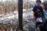 Zulkifli (kiri) berbincang dengan temannya di antara puing-puing kiosnya yang terbakar di Jl. Slamet Riyadi, dekat Pabrik Tyfountex, Gumpang, Kartasura, Selasa (30/9/2014). Zulkifli berhasil selamat dari kebakaran tersebut setelah dibangunkan warga. (Aries Susanto/JIBI/Solopos)