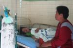 Misdiyanti menunggui anaknya, Yuning Nurdianti, 33, warga Dusun Craken, Desa Sumberharjo, Kabupaten Pacitan, Jatim yang menjadi korban perampokan dan dirawat di Bangsal Anggrek, RSUD dr Soediran Mangun Sumarso, Wonogiri, Sabtu (20/9/2014). (Triyanto Hery S/JIBI/Solopos)