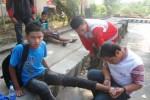Sukarelawan PMI Wonogiri memeriksa kaki pelari asal SMK Pancasila 8 Slogohimo, Kevin yang tertabrak sepeda motor saat mengikuti Lomba Lari 10 K, Minggu (7/9/2014). (Trianto Hery Suryono/JIBI/Solopos)