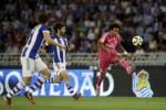 Gelandang Real Madrid Marcelo (Ka) menendang bola saat lawan Real Sociedad. JIBI/Rtr/Vincent West