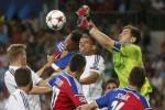 Kiper Real Madrid Casillas (Ka) dan Pepe menghalau bola saat melawan Basel. JIBI/Rtr/Juan Medina