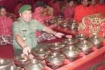 Pangdam IV/Diponegoro Mayjen TNI Sunindyo memainkan alat musik gamelan seusai membuka Sinden Idol dan Fastival Karawitan di Gedung Wisma Perdamaian, Kota Semarang, Senin (15/9/2014). (Insetyonoto/JIBI/Solopos)