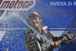 Pembalap Yamaha MotoGP Valentino Rossi menyemprotkan champagne di podium juara. JIBI/Rtr/Max Rossi