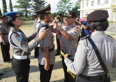 Kapolres Klaten, AKBP Nazirwan Adji Wibowo, memasangkan simbol pangkat kepada perwira polisi yang dimutasi saat serah terima jabatan di Mapolres Klaten, Rabu (17/9/2014). (Ayu Abriyani K.P./JIBI/Solopos)