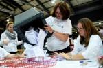 Petugas Referendum Skotlandia mengosongkan kotak suara sebelum menghitung suara di Aberdeen, Kamis (18/9/2014). (JIBI/Solopos/Reuters/Dylan Martinez)
