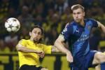 Pemain Dortmund Neven Subotic duel lawan pemain Arsenal Per Mertesacker. JIBI/Rtr/Kai Pfaffenbach