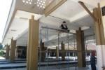 Pekerja membenahi langit-langit Terminal Buntalan Klaten yang retak, Jumat (19/9/2014). (Chrisna Chanis Cara/JIBI/Solopos)