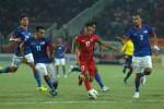 Pemain timnas senior Indonesia Munif (tgh) dihadang pemain timnas Malaysia. (JIBI/Harian Jogja/Reuters/Risyal Hidayat)