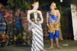 Dwi Laura (kiri) memerankan tokoh Anjasmara, istri dari Damarwulan, saat pentas ketoprak Minak Jingga Lena di Ngablak, Desa Kroyo, Kecamatan Karangmalang, Sragen, Kamis (28/8/2014) malam. Dwi Laura adalah waria yang menjadi ikon Paguyuban Sedap Malam Sragen. (Kurniawan/JIBI/Solopos)
