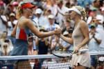 Caroline Wozniacki (Ka) berjabat tangan dengan Maria Sharpova. JIBI/Rtr/Ray Stubblebine